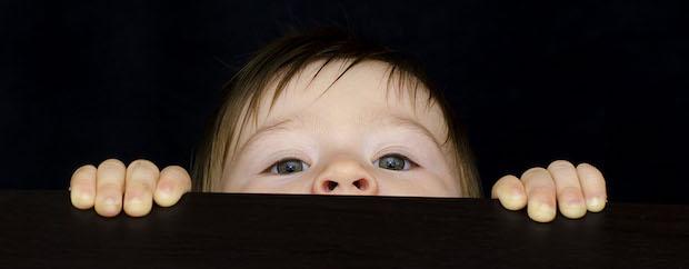 Niño escondido